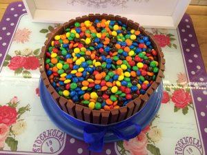 kitkat torte mit smarties candy cake cook bakery. Black Bedroom Furniture Sets. Home Design Ideas